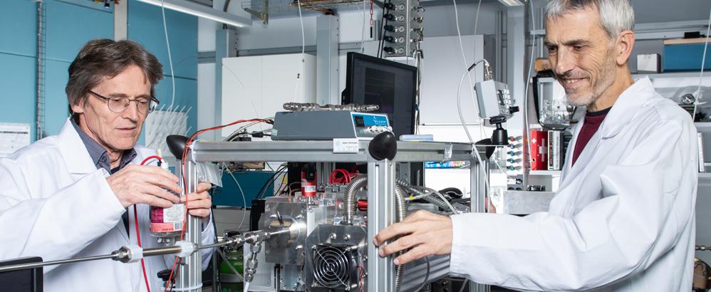 André Prévôt (rechts) und Urs Baltensperger am neu entwickelten Gerät, das Moleküle in Feinstaub analysiert. Bild: Paul Scherrer Institut/Mahir Dzambegovic