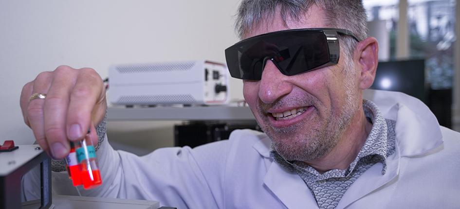 Empa-Physiker Jakob Heier mit Proben seines Antennen-Farbstoffs. Bild: Empa