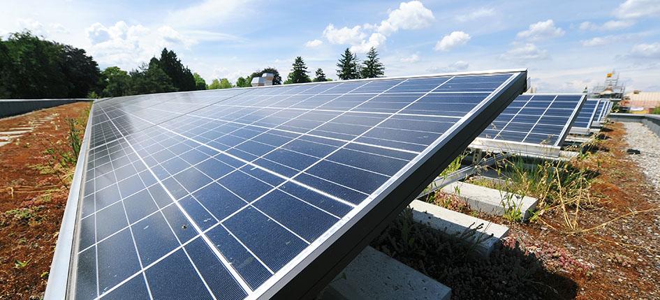 Über die Plattform eNet können Firmen auch ihren eigens produzierten Solarstrom anbieten. Das Bild zeigt eine Photovoltaikanlage auf dem Parkhaus des Parkresorts Rheinfelden. Bild: AEW Energie AG